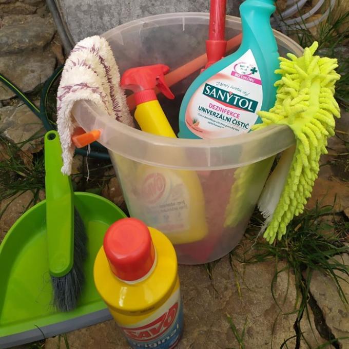 Desinfekce, čistící a prací prostředky.
