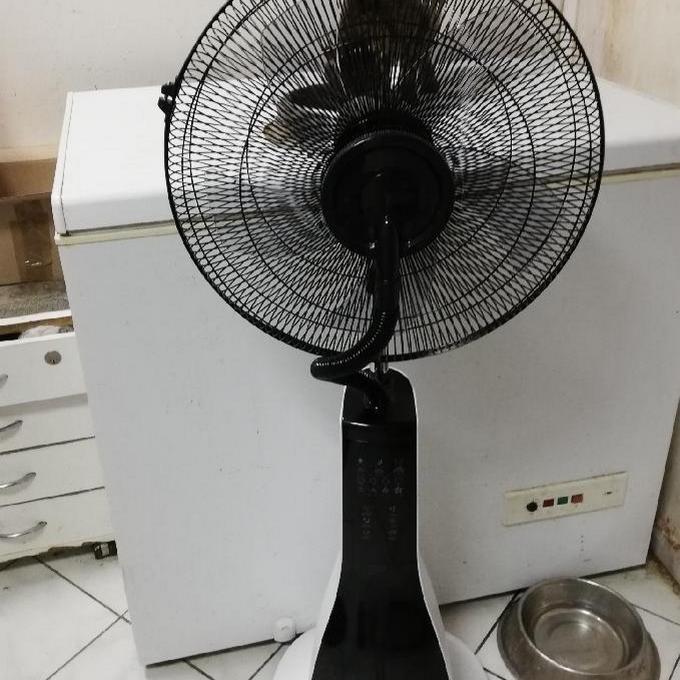 Stojanový ventilátor se zvlhčovačem a ionizátorem vzduchu.